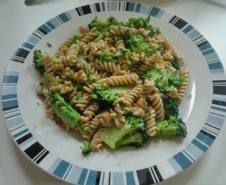 Těstoviny s brokolicí, vlašskými ořechy a modrým sýrem