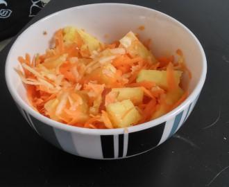 Salát z mrkve, jablka a ananasu