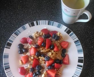 Ovesná kaše s ovocem a oříšky